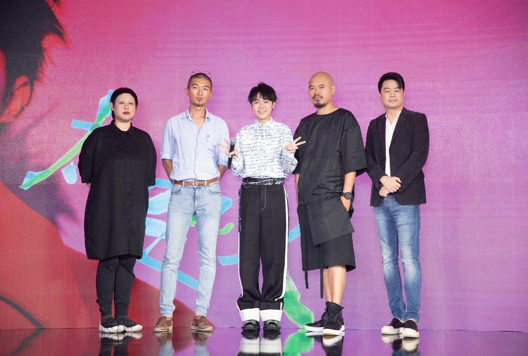 吳青峰(中)推出首張個人專輯,合作對象鍾靈(左起)、Rala Choi、陳奕仁、...