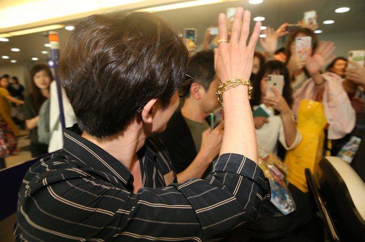 韓國男星金材昱首度訪台,開心向現場粉絲、地勤、空姐揮手致意。記者陳嘉寧/攝影