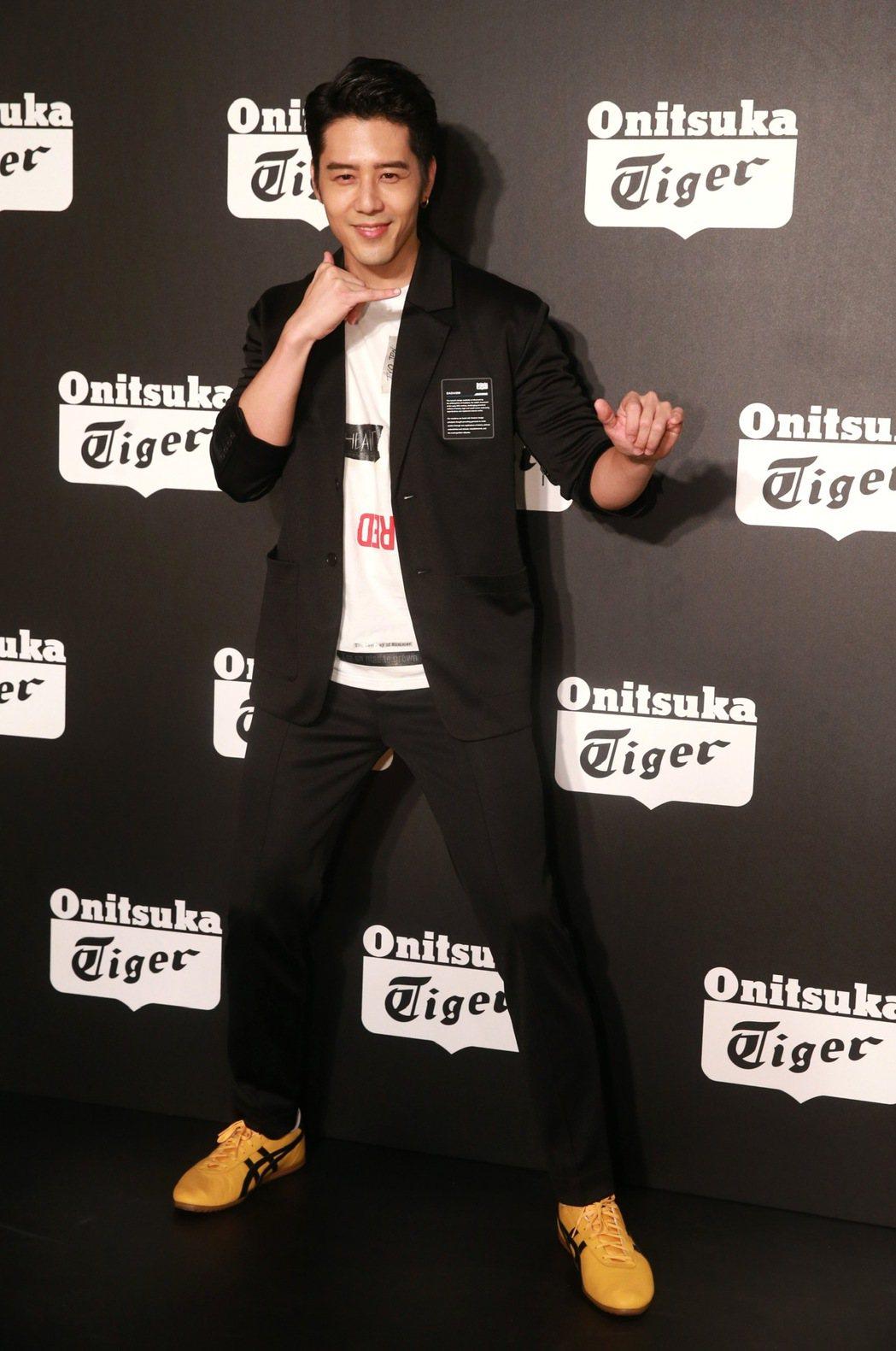 胡宇威出席球鞋品牌活動,將自己打扮成偶像李小龍的形象,對於主演的台片「寒單」帶到...