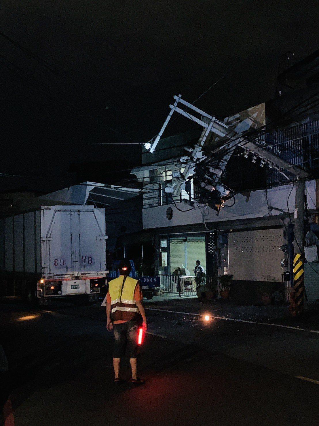 新竹縣芎林鄉文山路上縣農會前驚傳電線桿被大貨車撞斷,導致文山路以及竹22線大停電...