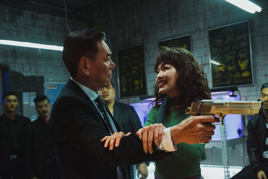 龍劭華扮演霸氣又幽默的黑道大哥。圖/華映提供