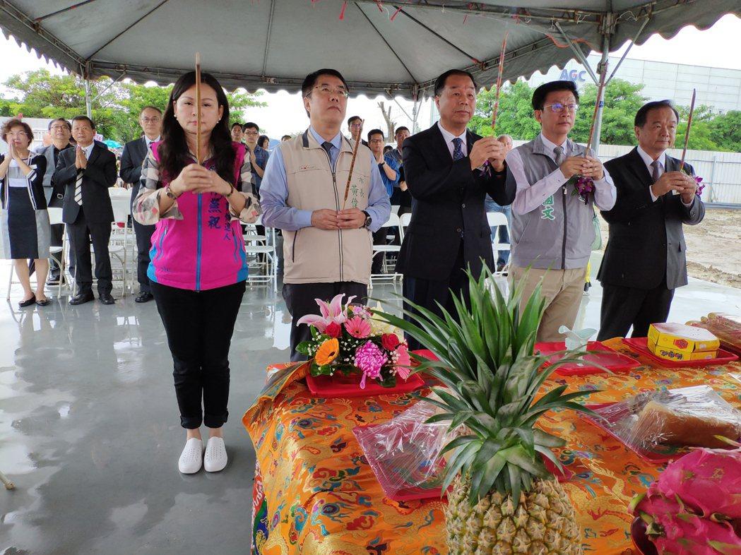 台南市長黃偉哲(左二)等人出席動土儀式。記者謝進盛/攝影
