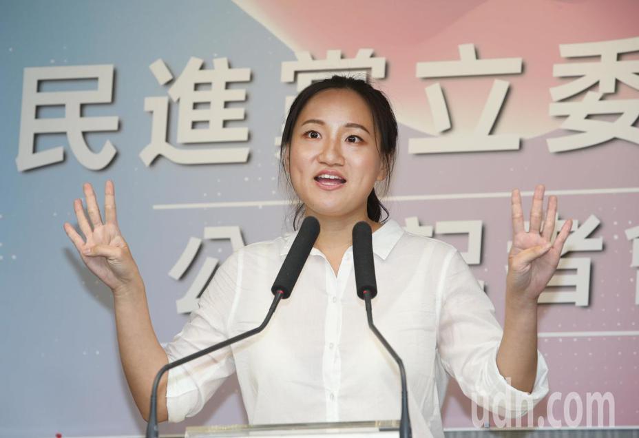 民進黨日前舉行中執會,在立委艱困選區徵召六位立委提名人,台北市第六選區的謝佩芬被民進黨秘書長羅文嘉形容為「100分女孩」。記者陳柏亨/攝影