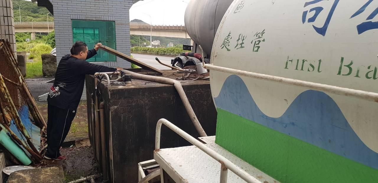 自來水公司辦理台二線1000mm管線汰換工程,今天停水,但基隆有3000戶大社區...