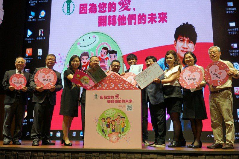 大葉大學昨天宣布啟動「千立方募款行動」,邀請傑出校友、金曲獎歌手王宏恩(右5)擔任公益大使。記者凌筠婷/攝影