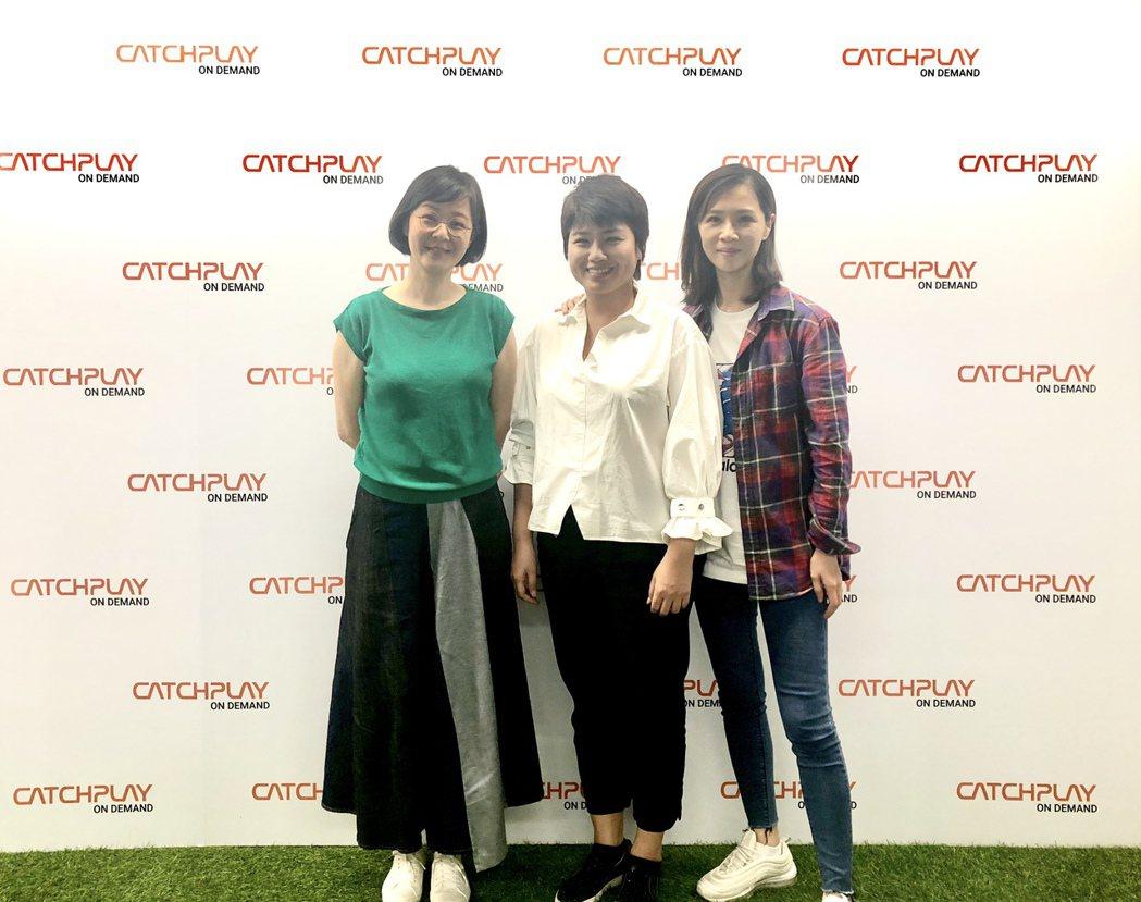 謝盈萱(右起)與嚴藝文、作家江鵝於CATCHPLAY線上影音直播與網友互動。圖/