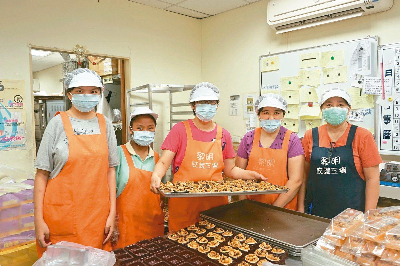 花蓮黎明庇護工場員工連日來忙趕製中秋禮盒。 記者王燕華/攝影
