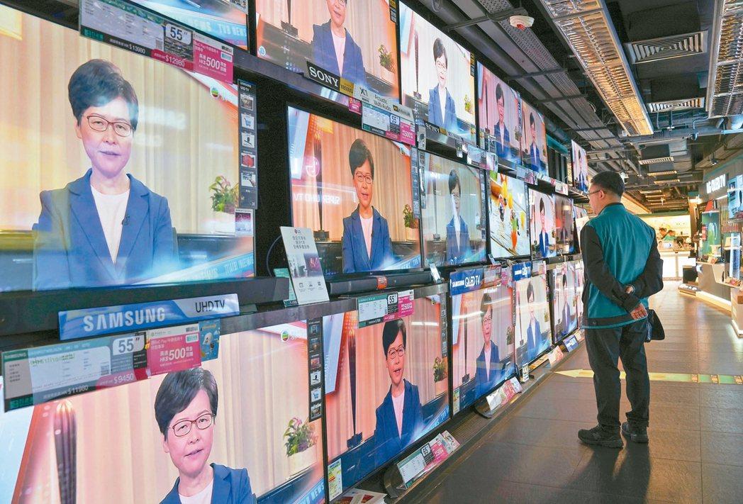 香港特首林鄭月娥昨天傍晚以電視談話形式宣布撤回逃犯條例修訂草案,該項草案引發了持...