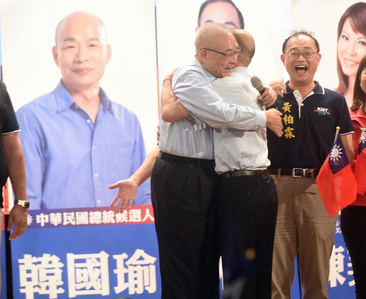 國民黨主席吳敦義(左)擁抱韓國瑜(右二),破除「換瑜」傳言。圖/聯合報系資料照片