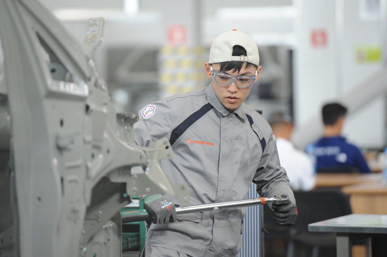 改善技職教育,台北科技大學校長王錫福建議,教育部也要鬆綁法規;圖為國際技能競賽汽...