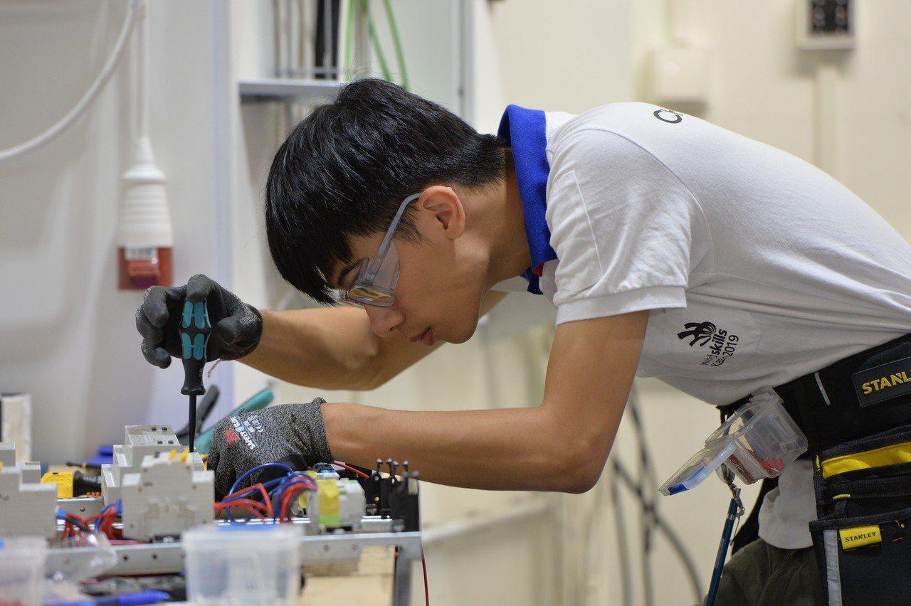國際技能競賽電氣裝配(室內配線)銀牌林諭敬。 圖/勞動部提供