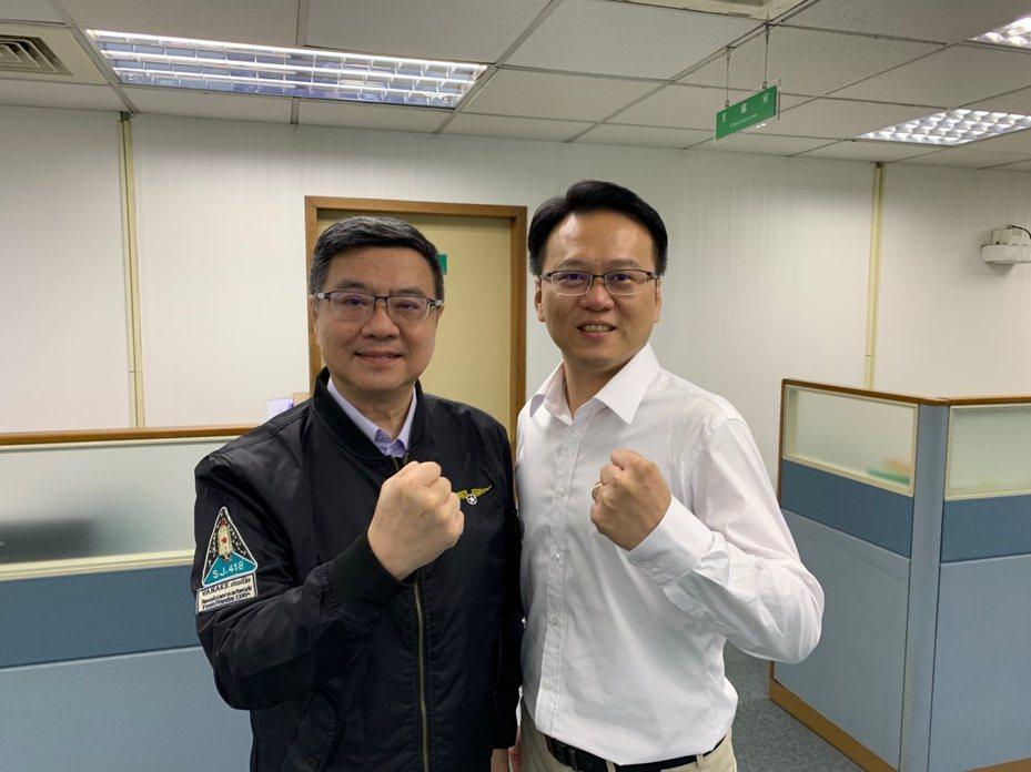 交大副教授莊競程(右)與民進黨主席卓榮泰合影比讚。圖/莊競程提供