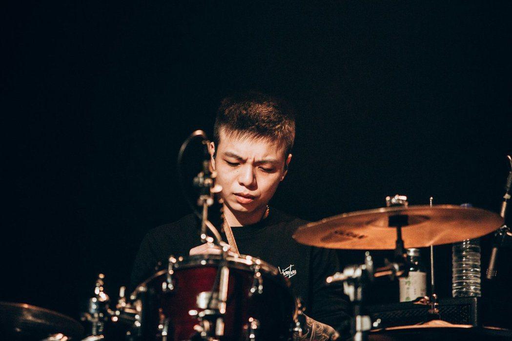 茄子蛋樂團鼓手小賴今年4月退團,在高雄經警方查獲涉嫌持大麻。 圖/擷自臉書