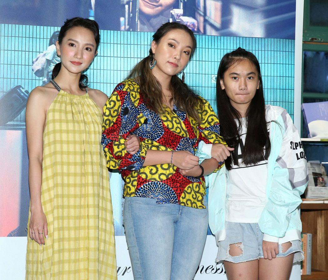 張寗(左起)、李雪與林慈恩出席宣傳「致親愛的孤獨者」。記者林澔一/攝影