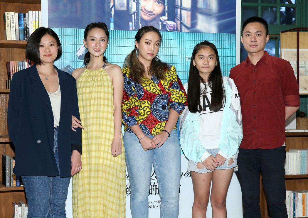 導演于瑋珊(左起)、張寗、李雪、林慈恩與導演練建宏,出席宣傳「致親愛的孤獨者」。...
