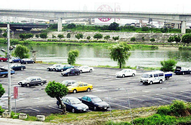 百齡橋下河濱停車場。 圖/聯合報系資料照片
