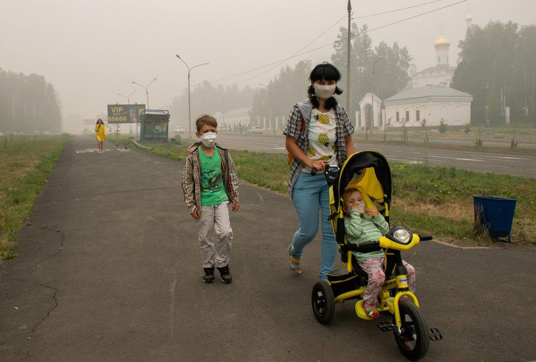 西伯利亞的伊爾庫次克森林大火,嚴重汙染空氣,外出必須戴口罩。 (路透)