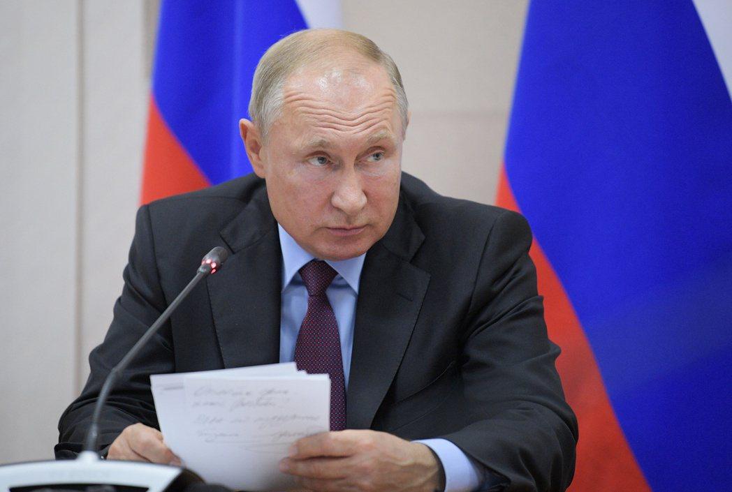 俄國總統普亭親赴伊爾庫次克坐鎮救災會議。 (路透)