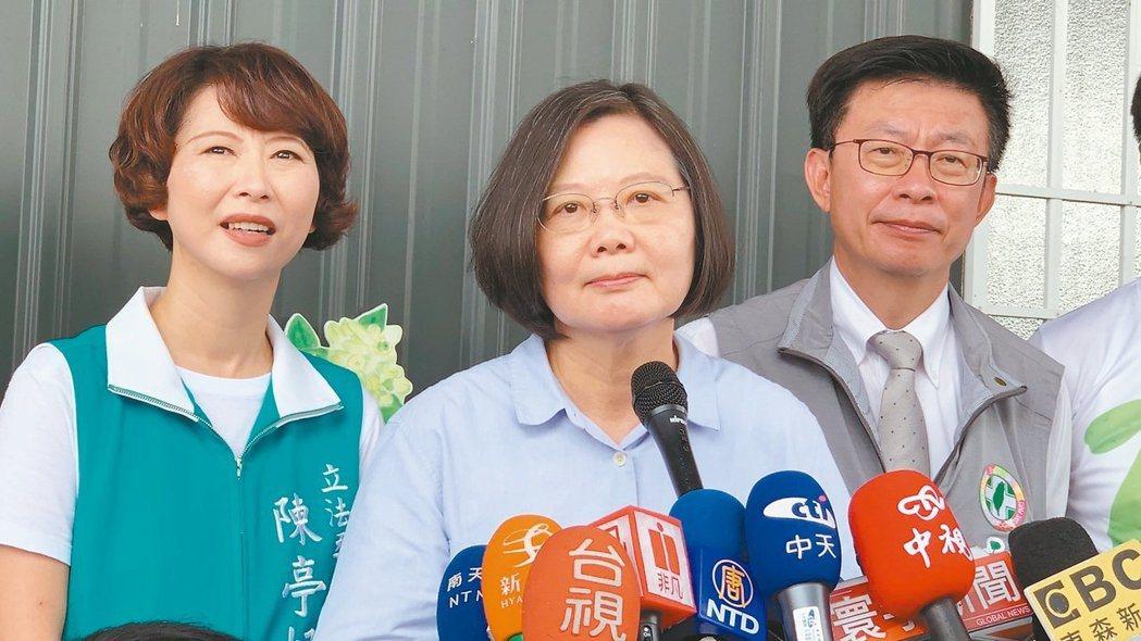 蔡英文總統(中)上個月到台南行銷文旦,媒體問到柯文哲相關問題,蔡總統頻喊「好、下...