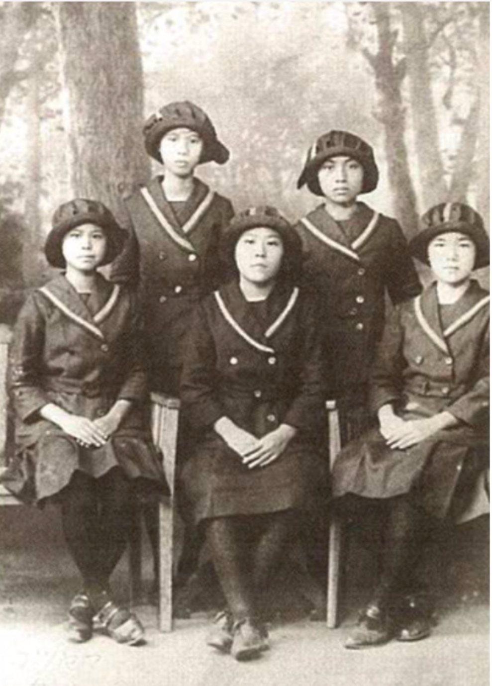 1910 年代,穿著海老茶袴的台北第一高女學生。這是北一女最早期的制服。圖/左岸...