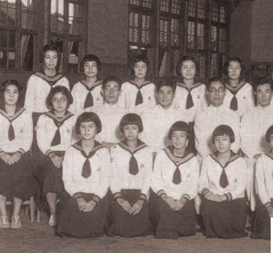 1923年台北第一高女的夏季款制服,是俏皮的水手裝。圖/左岸文化提供