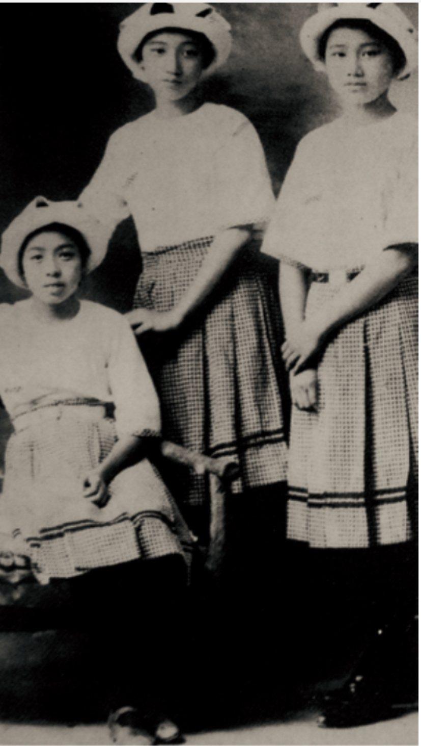 1924年台北第三高等女學校的夏季款制服。圖/左岸文化提供