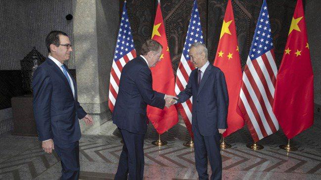 中國國務院副總理劉鶴(右),在今年7月的上海談判時,迎接美國貿易代表賴海哲(中)...