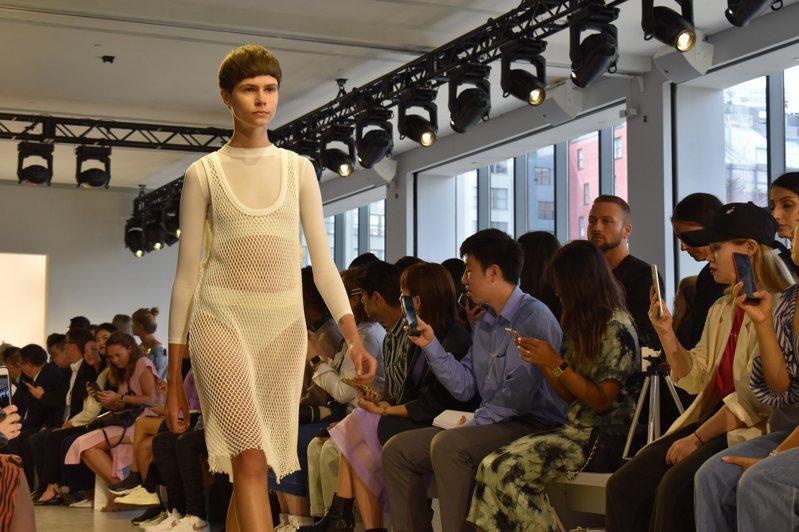 「內衣外穿、外衣內穿」的概念貫穿整場秀。記者顏嘉瑩/攝影