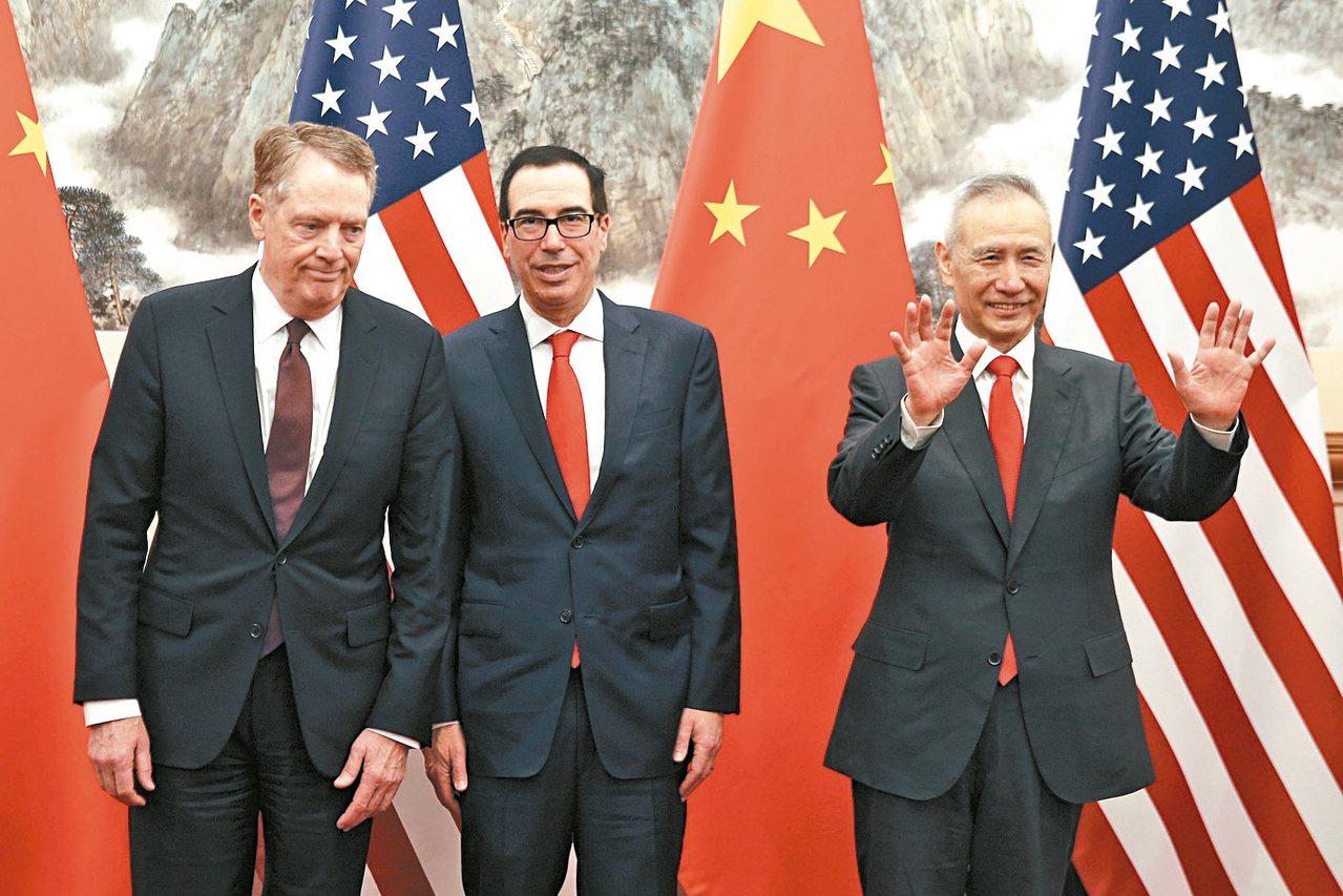 大陸國務院副總理劉鶴(右)與美國貿易代表賴海哲(左)、財政部長米努勤(中)通話,...