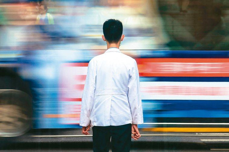 上百人的門診就成為台灣醫療的常態。主治醫師忙著看門診,住院病人的照護就交給尚在受...