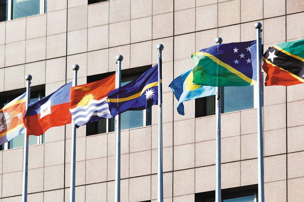 索羅門與台灣的邦交關係出現危機。圖為我使館區外升起的索羅門群島國旗(右二)。 聯...