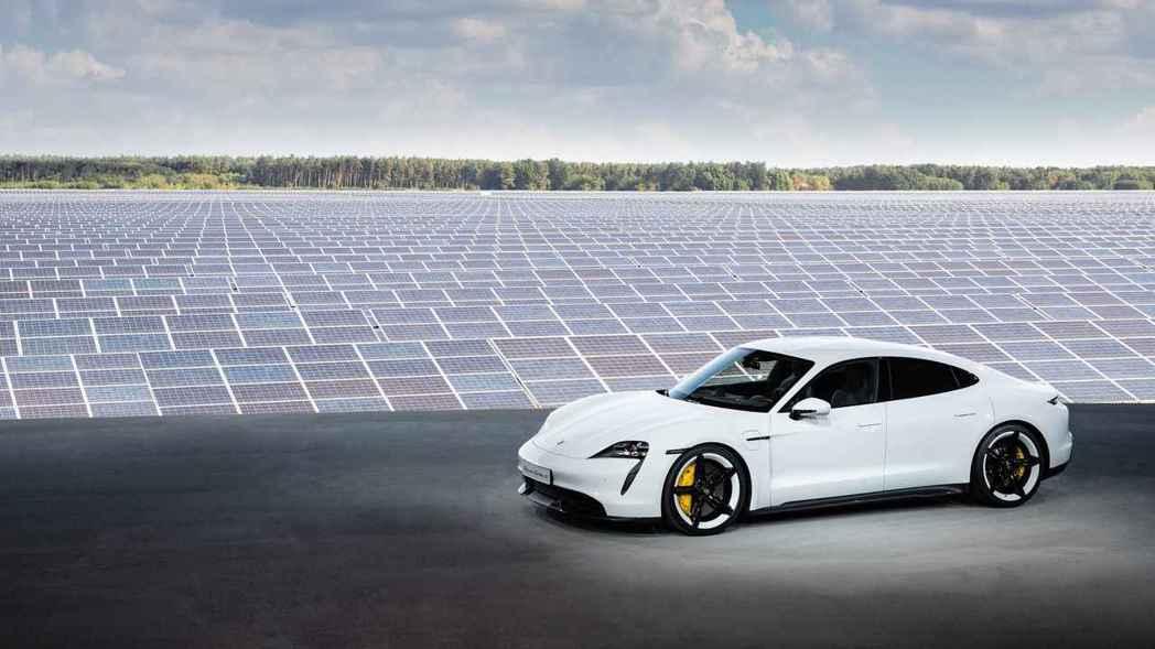 Porsche Taycan於柏林旁邊的新哈登貝格鎮太陽能發電廠發表,代表太陽能...