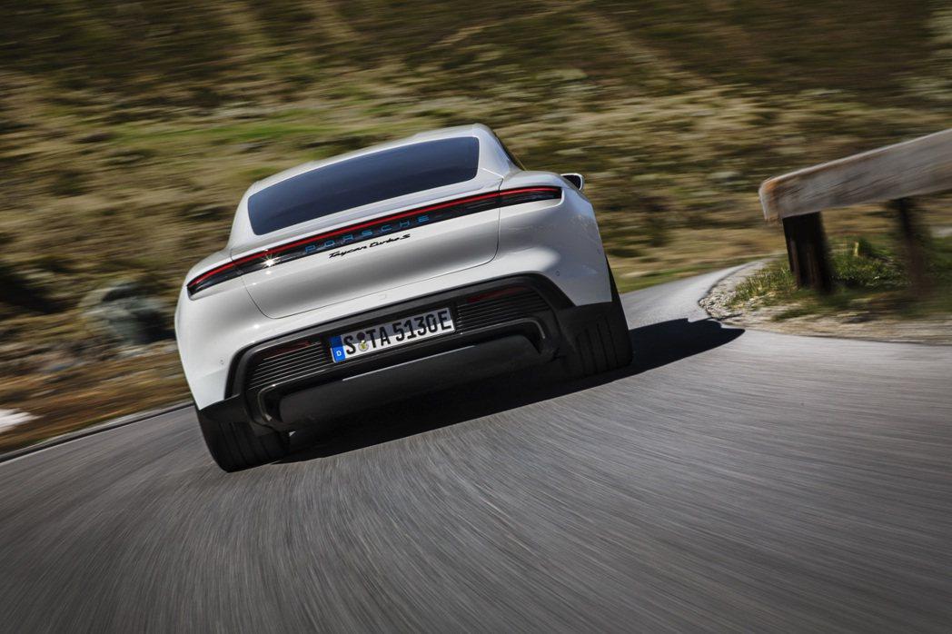 相較一般電動車配備 400 伏特動力系統,Porsche Taycan 為首款搭...