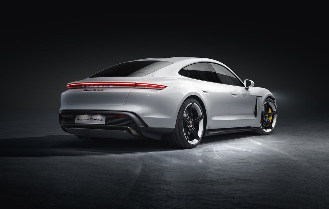 Porsche Taycan車頭視覺效果極其寬闊扁平,更強調俐落的雙翼弧線。車身...
