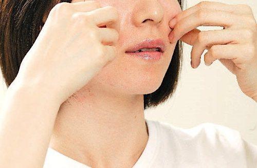 婦人鼻唇溝不對稱,被發現腦梗,非新聞當事人。報系資料照