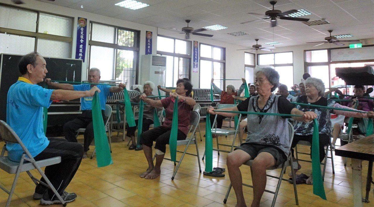 呂世明退休後投入高齡指導員,自己健康還要幫助其他長輩健康。 圖/林麗娟提供