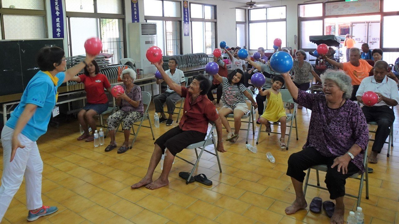 退休老師黃小艷到台南東山聖賢社區帶領長輩運動,參與度相當高。 圖/林麗娟提供