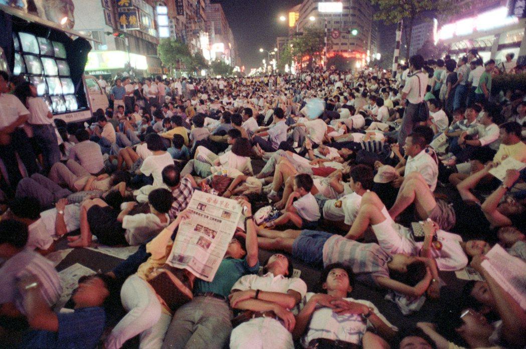 1989年8月26日,無住者團結組織發起「夜宿忠孝東路」活動。 圖/聯合報系資料...