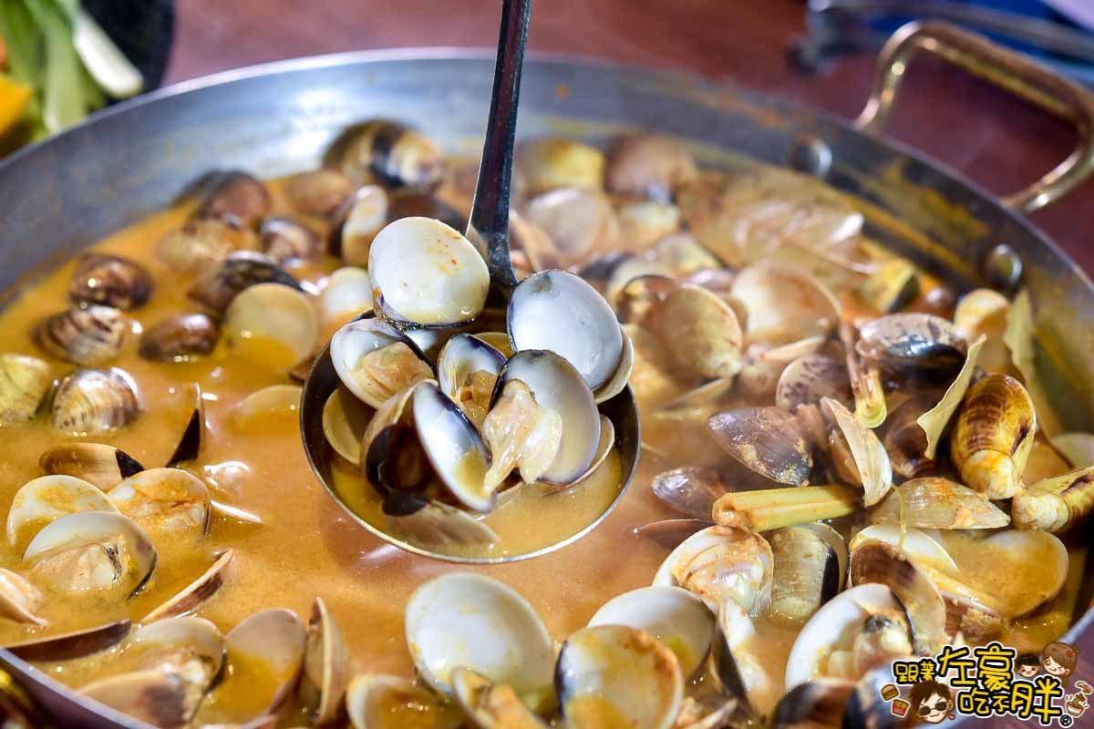 使用南洋基底香料的橘黃色湯頭加上滿滿的蛤蠣。圖/跟著左豪吃不胖授權
