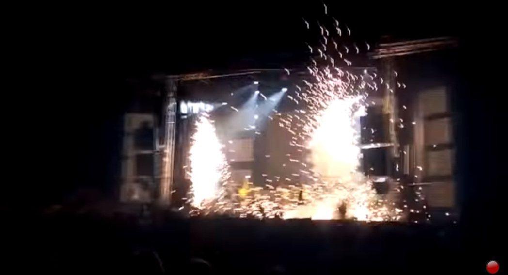 舞台前方煙火裝置意外爆炸。圖/擷自YouTube