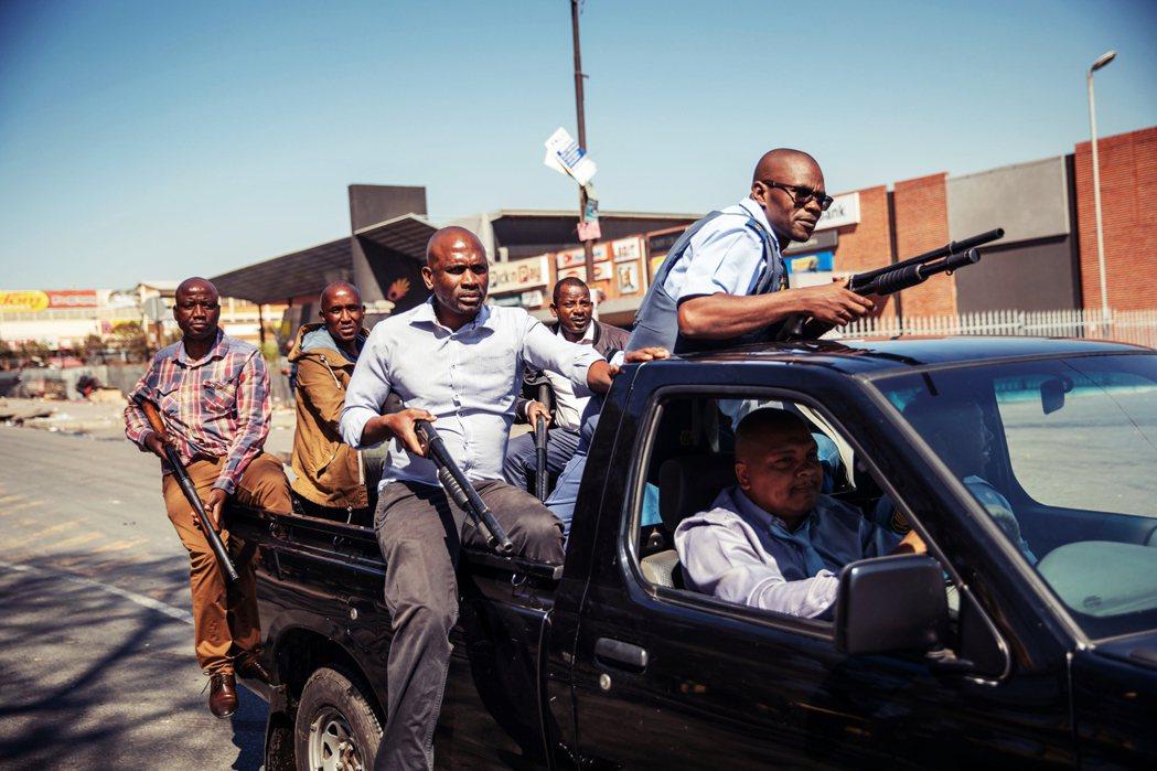 南非官方在3日出面即表示,街頭暴亂目前已由警察負責驅離鎮壓。同時,南非警察部長塞...