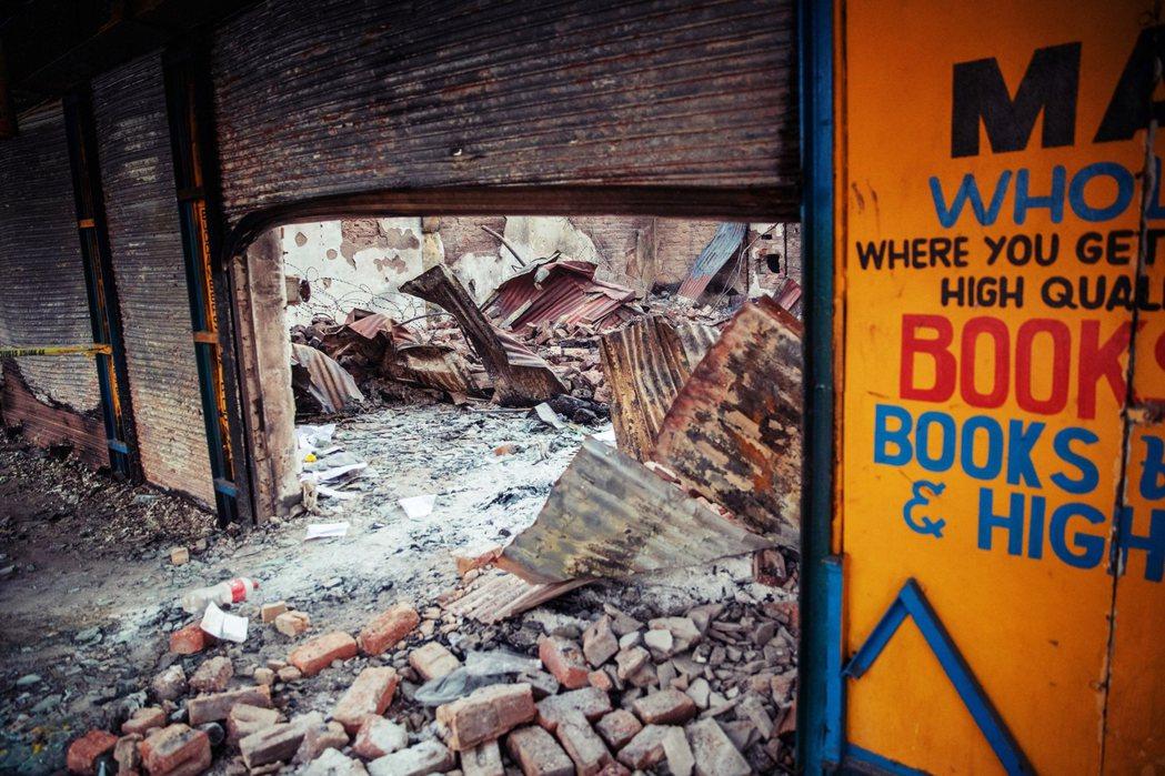 約翰尼斯堡一間遭縱火、面目全非的店家,在餘燼殘骸中還有一具碳化的屍體。 圖/法新...