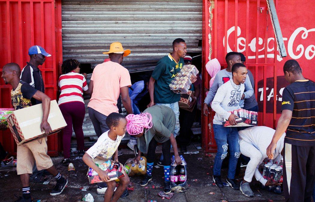 從上個周日以來,南非最大城市約翰尼斯堡爆發排外暴力事件。許多街道商店——主要為非...