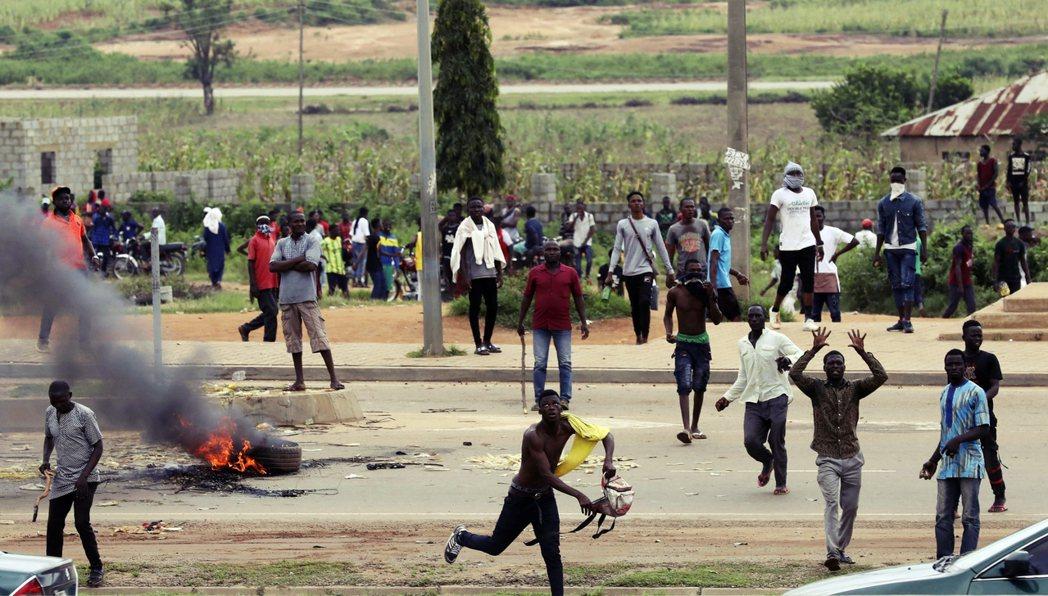 奈及利亞同樣上演針對南非的暴力、縱火攻擊事件。非洲國家間的衝突,演變成彼此仇視的...
