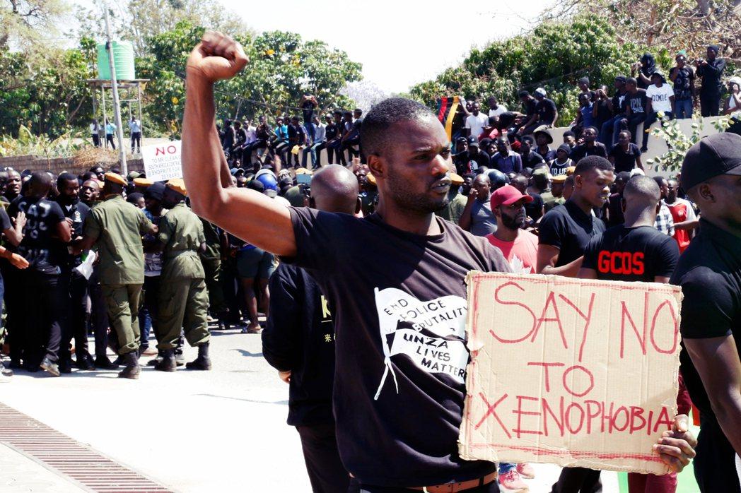在南非出現針對奈及利亞人的攻擊事件後,Twitter上出現了大量的關鍵字標籤「向...
