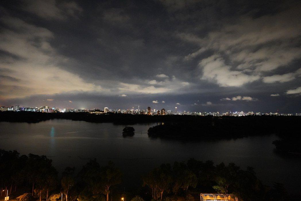 夜晚華燈初上,點點燈火閃爍迷人璀璨都會景致。