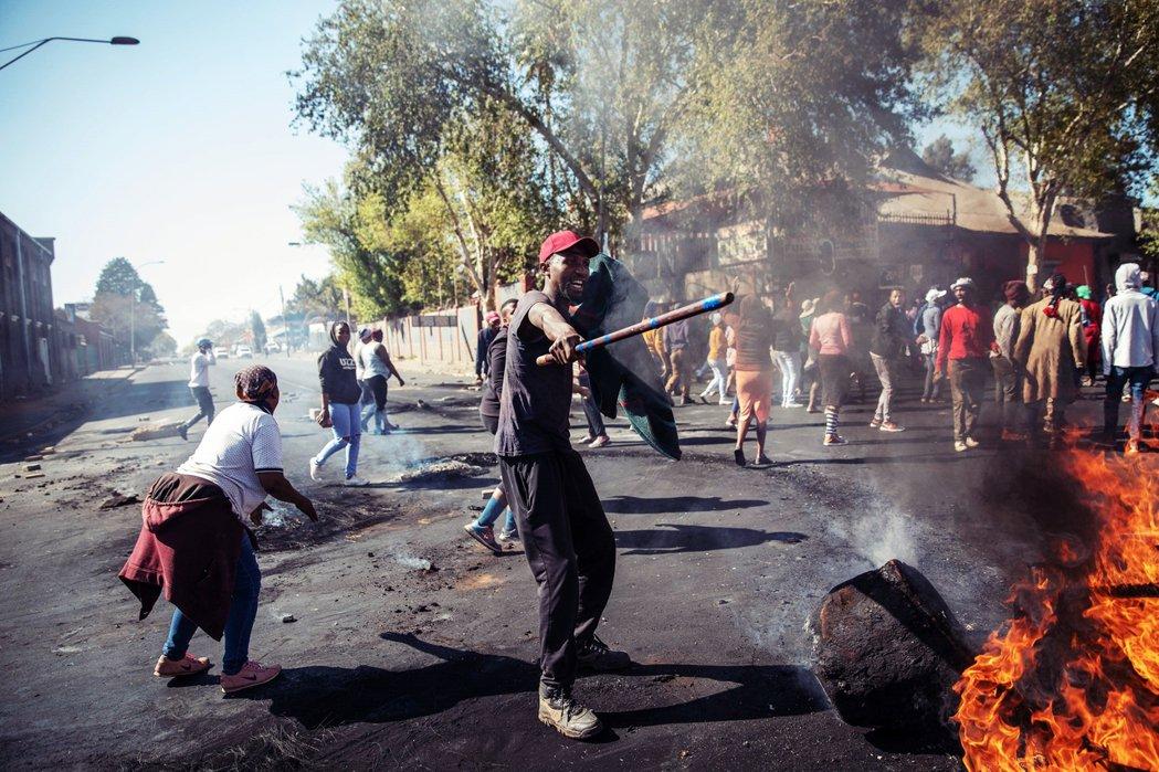 南非大城約翰尼斯堡從1日開始,連日爆發「排外衝突」,許多外國人經營的商店都遭到砸...