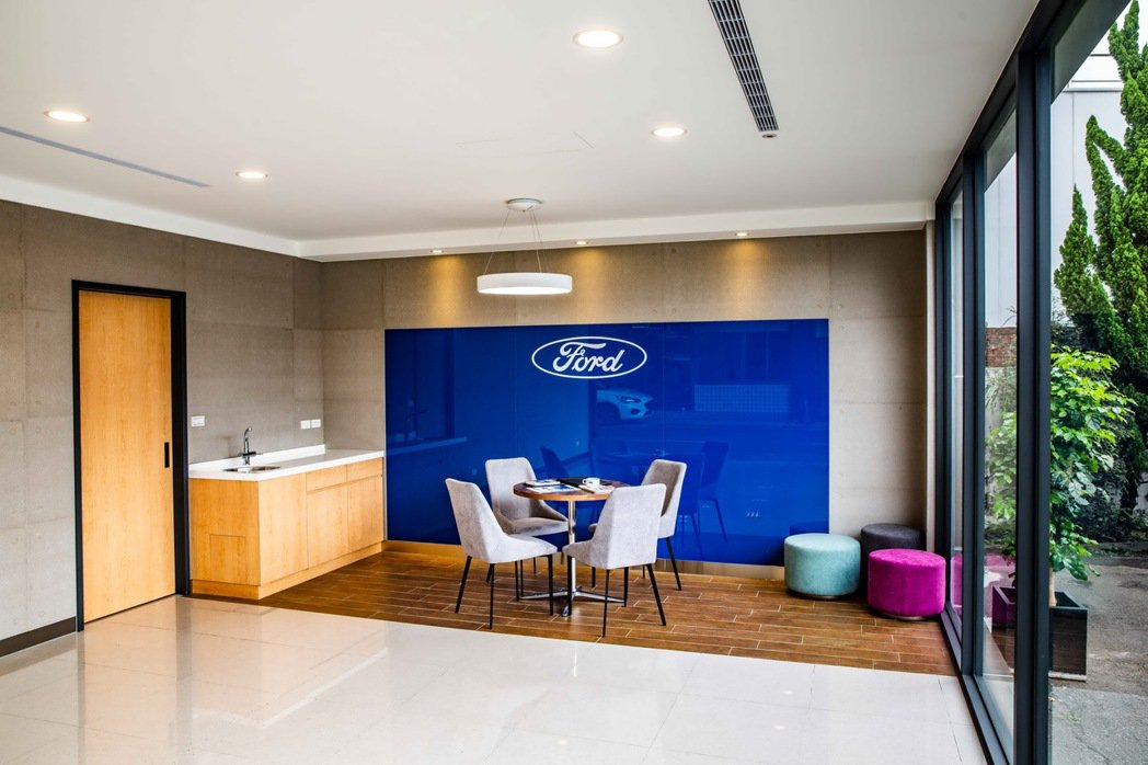 Ford九和汽車台中分公司復興據點新車交車整備中心,採用木質元素,在簡潔設計之中...