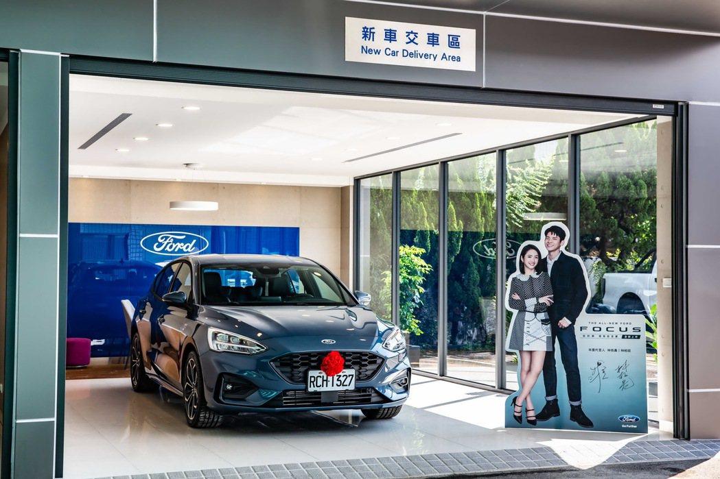 Ford九和汽車台中分公司復興據點採用白色亮面天地牆,搭配個性化的黑色系落地窗框...