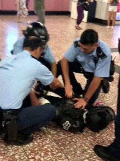 9月3日,港鐵太子站一名黑衫男子遭多名警員壓制造成頭頸骨折。 圖/路透社